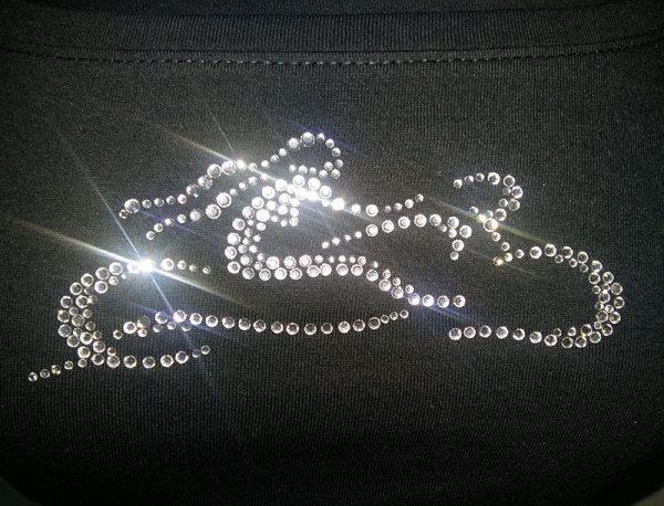 Fekete Csajok a motoron póló fehér kristályokkal