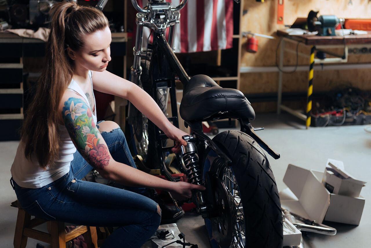 Kuponkedvezmény motoros nő