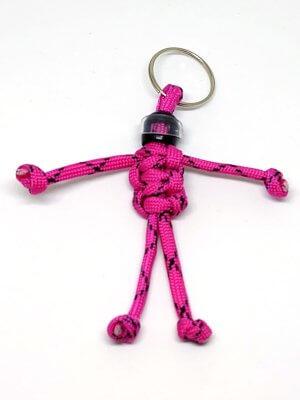 Rózsasaszín paracord emberke kulcstartó fekete bukósisakban